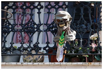 New Orleans - fence w/ skull